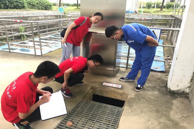 张心宇技术顾问带实践团成员参观污水流程中的原水。